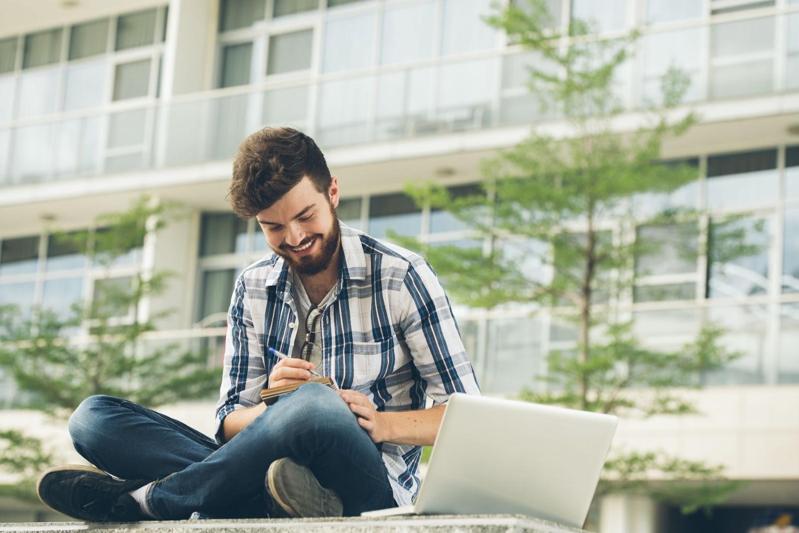 Homem estudando na faculdade