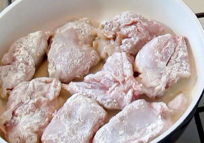 кусочки кролика обваленные в муке на сковороде