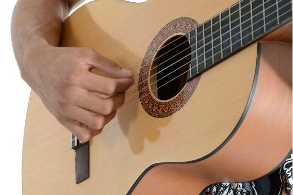 La elección de la guitarra acústica es un factor determinante para el profesional de música