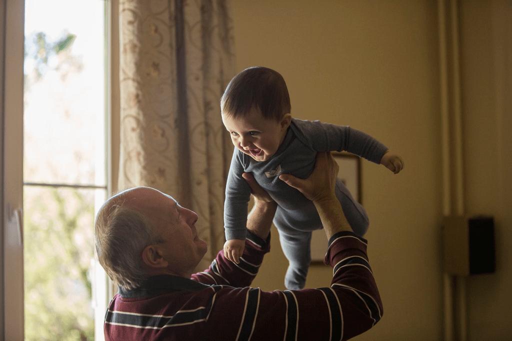 Avô segurando neto