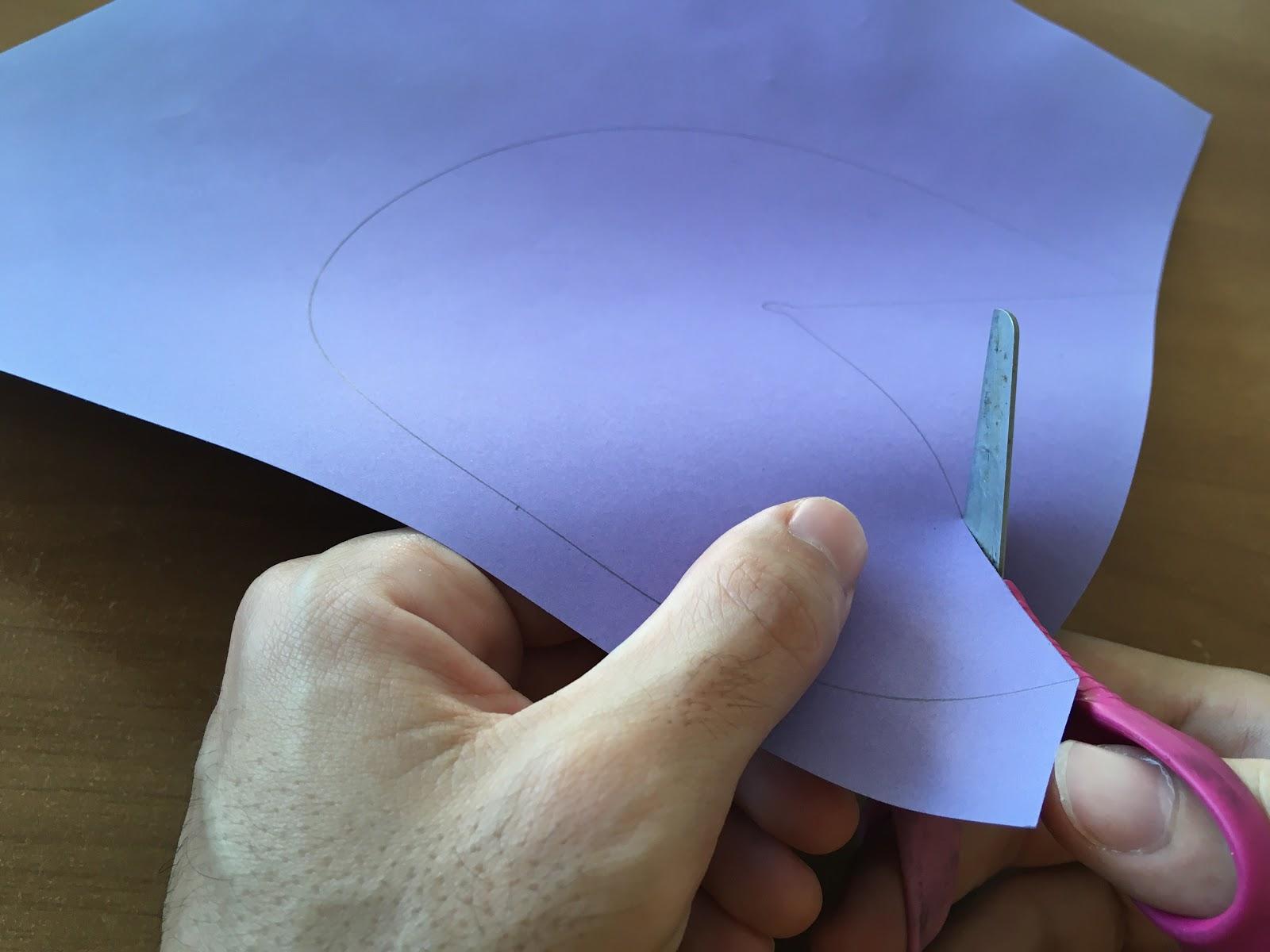 Corte con tijera por encima del contorno de la figura.