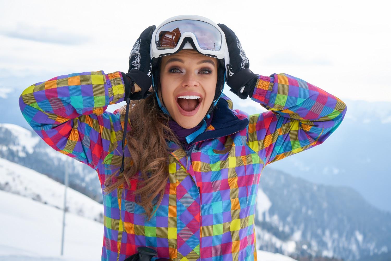 Chica esquiando equipada con gafas y casco
