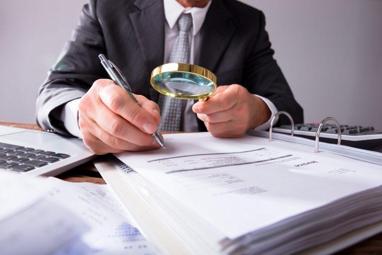 Un hombre sentado en un escritorio Descripción generada automáticamente con confianza media