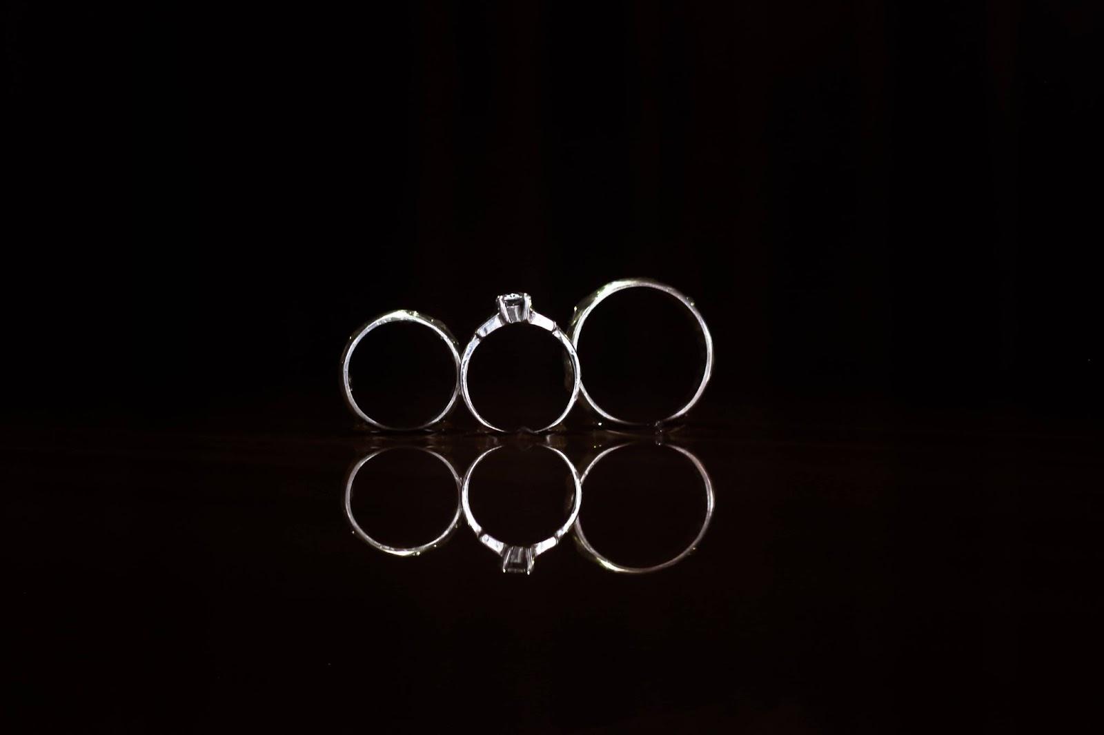 3-anelli-bianchi-su-sfondo-nero