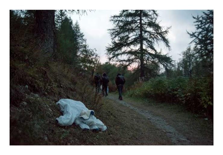 Un groupe de réfugiés part à la tombée de la nuit, pour certains c'est la troisième fois qu'ils tentent la traversée de la frontière. Une combinaison de ski pour enfant a été abandonnée sur le chemin entre l'Italie et la France, le 5 octobre 2018.