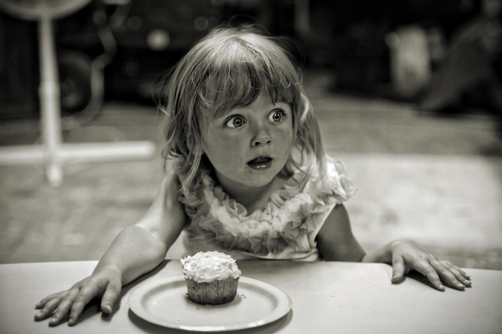 Fille devant un gâteau