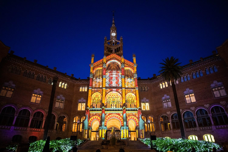 Proyección de video mapping en el recinto modernista Sant Pau en Barcelona