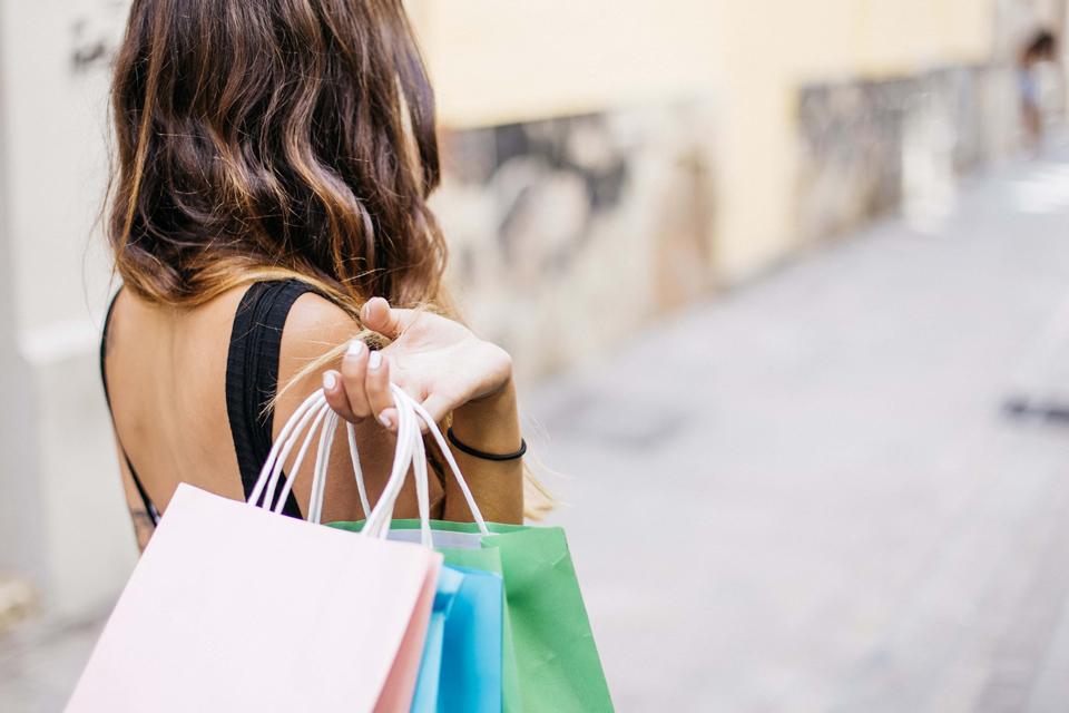 kobiety uwielbiają zakupy