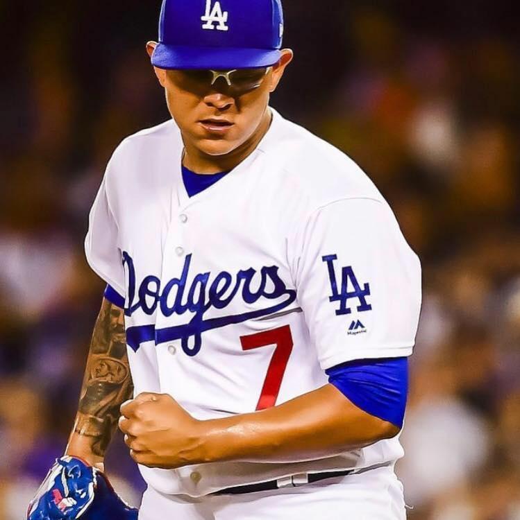 Hombre con uniforme de béisbol  Descripción generada automáticamente
