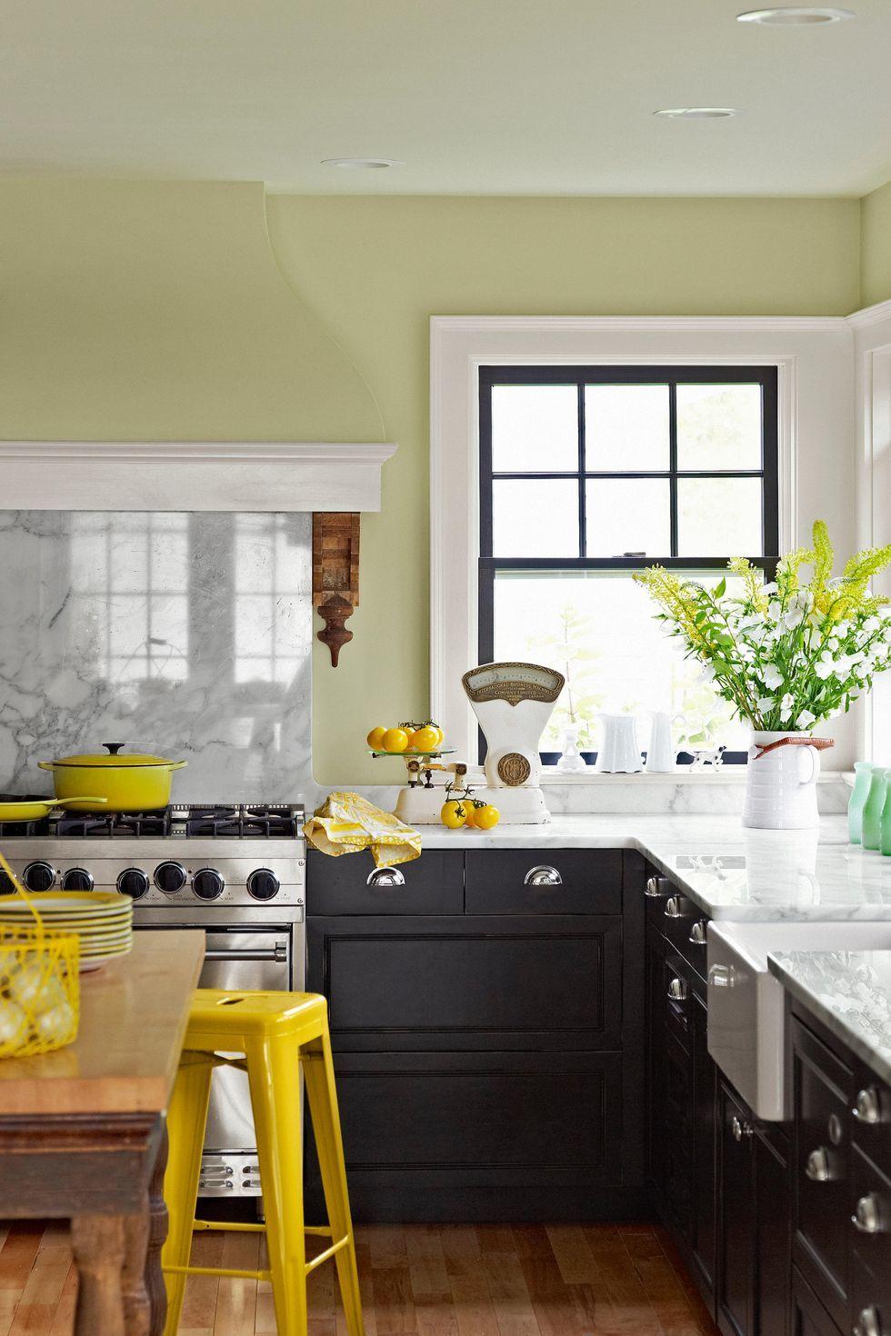Không gian đơn giản, ánh sáng trắng kết hợp với sơn tường sáng giúp không gian bếp sáng hơn
