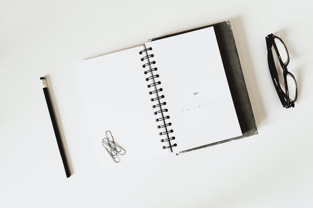 教科書と眼鏡の平置き写真