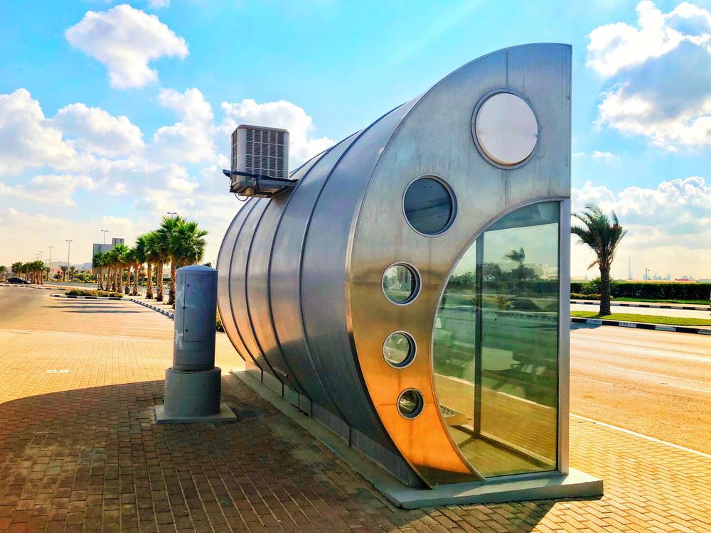 Em Dubai, nos Emirados Árabes, onde as temperaturas podem chegar a 40 graus Celsius, os pontos de ônibus são cabines fechadas e com ar-condicionado