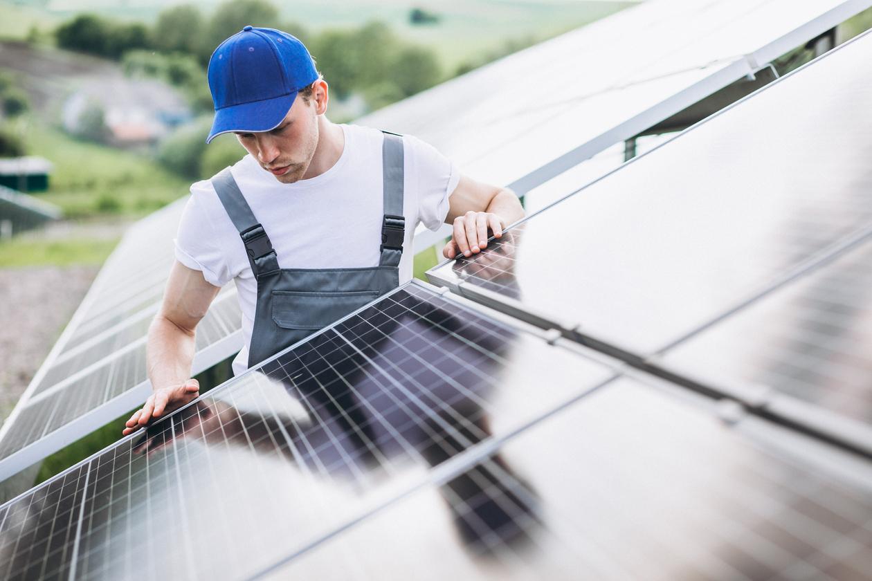 homem instalando painéis solares