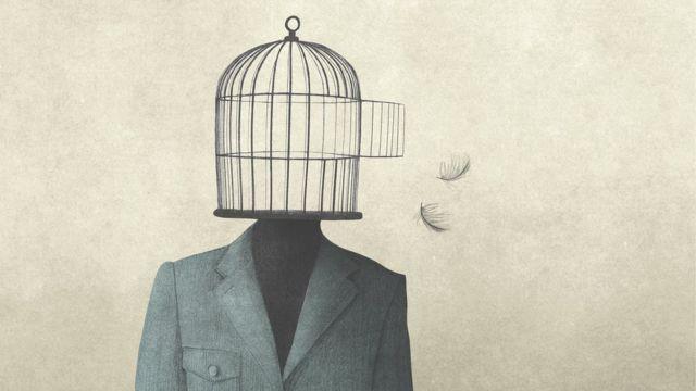 Homem com a gaiola aberta como cabeça