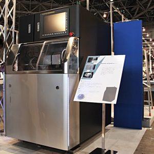 画像は、アドライズの筐体設計事例で、東芝機械株式会社「USM-6E」です。優れたデザインでGOODDESIGN AWARD 2010 にノミネートされ、その会場に展示されている様子です。筐体の材質はSPCCにウレタン塗装仕上げ。設計には3DCAD(SolidWorks、icad、Creo、catia)を使用しモデリングをしています。通常、Proの Engineerは3DCADでソリッドモデリングを行います。この筐体は、3DCADのparametric機能を駆使して設計してあるため、外形が可変することも特徴です。製品の先行イメージとして3Dプリンタでモデルを試作し、それをもとにリバースエンジニアリングを行いました。 (all rights reserved.)