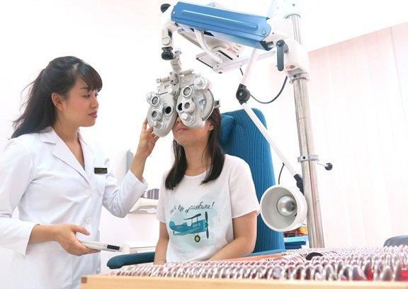 Khám mắt điều trị loạn thị