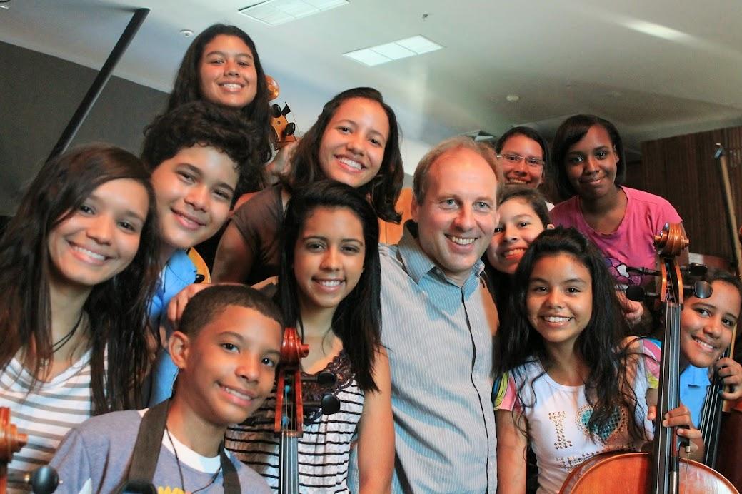Como parte de su visita a Venezuela, el holandés Dick van Gasteren dictó clases de dirección orquestal a jóvenes venezolanos