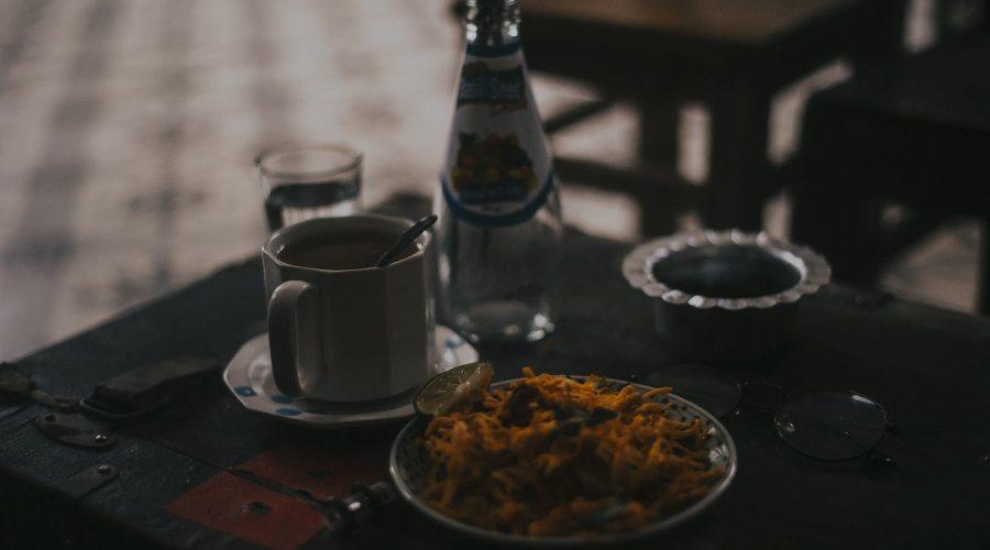 vakariņas tumsā