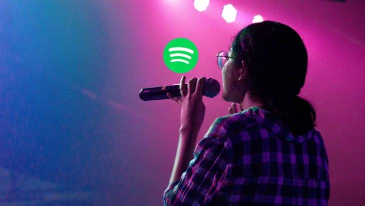 Chica cantando y el logo de Spotify
