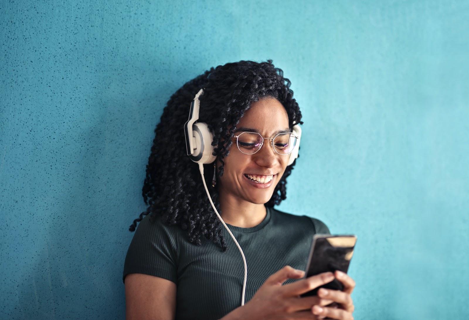 5 consigli per far crescere il pubblico del tuo podcast: 1. Coinvolgi il tuo pubblico.