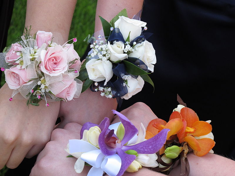 800px-Wrist_corsages.jpg
