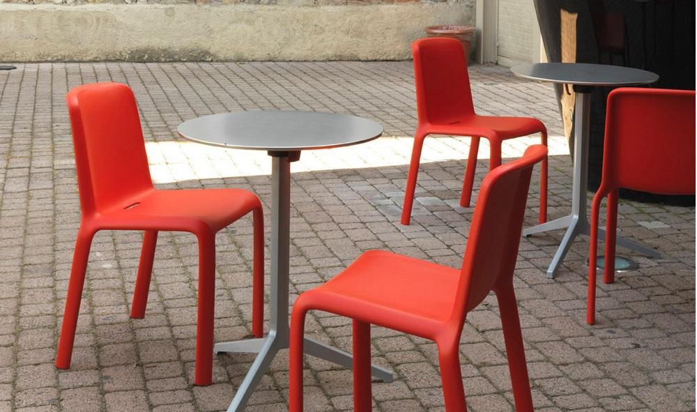 Стулья Джаспера Моррисона в уличном кафе
