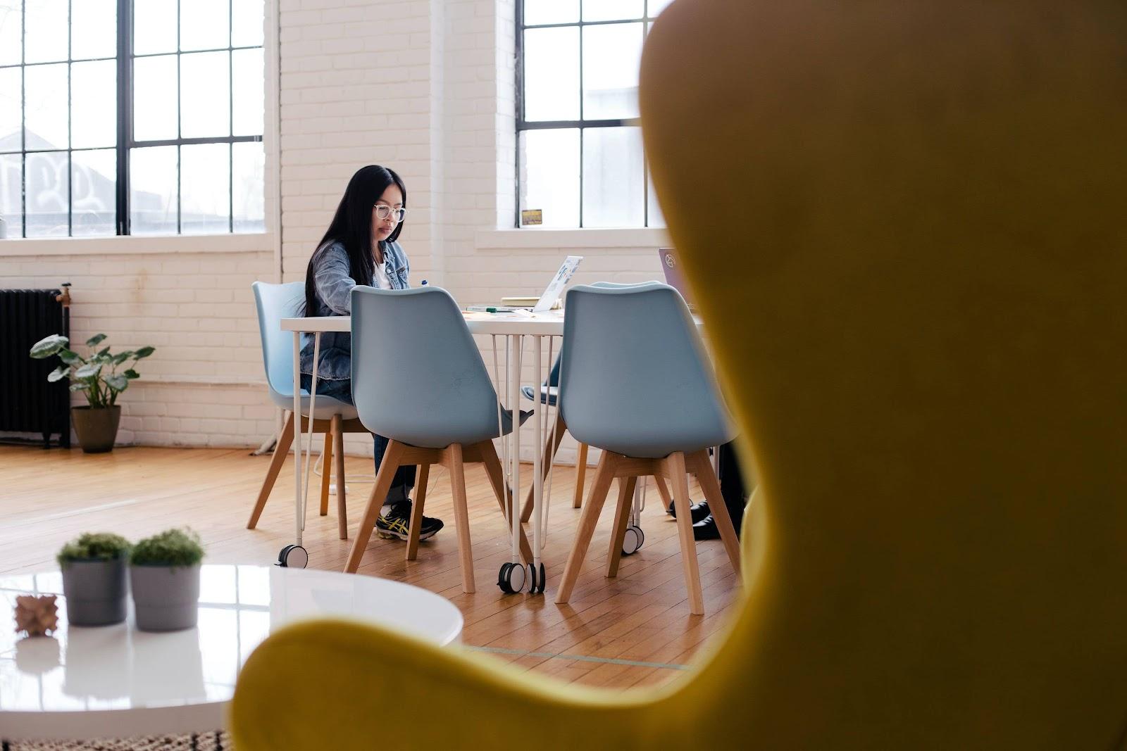 due-ragazze-sedute-al-tavolo