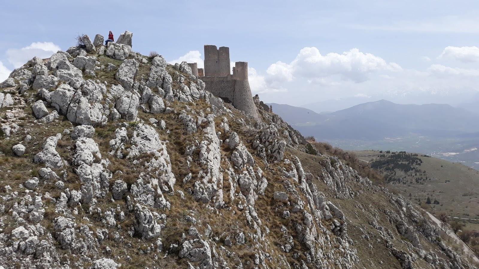 Pohled na italský hrad jménem Rocca Calascio v oblasti Abruzzo.