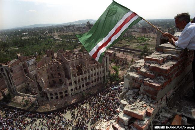 Чеченский флаг над разрушенным президентским дворцом в Грозном, 7 сентября 1995 года
