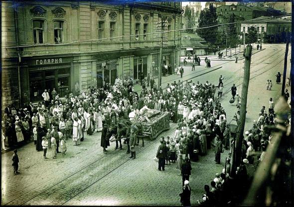 Процесія зтруною художника Георгія Нарбута проходить повз Думську площу– теперішній майдан Незалежності, 25травня 1920 року