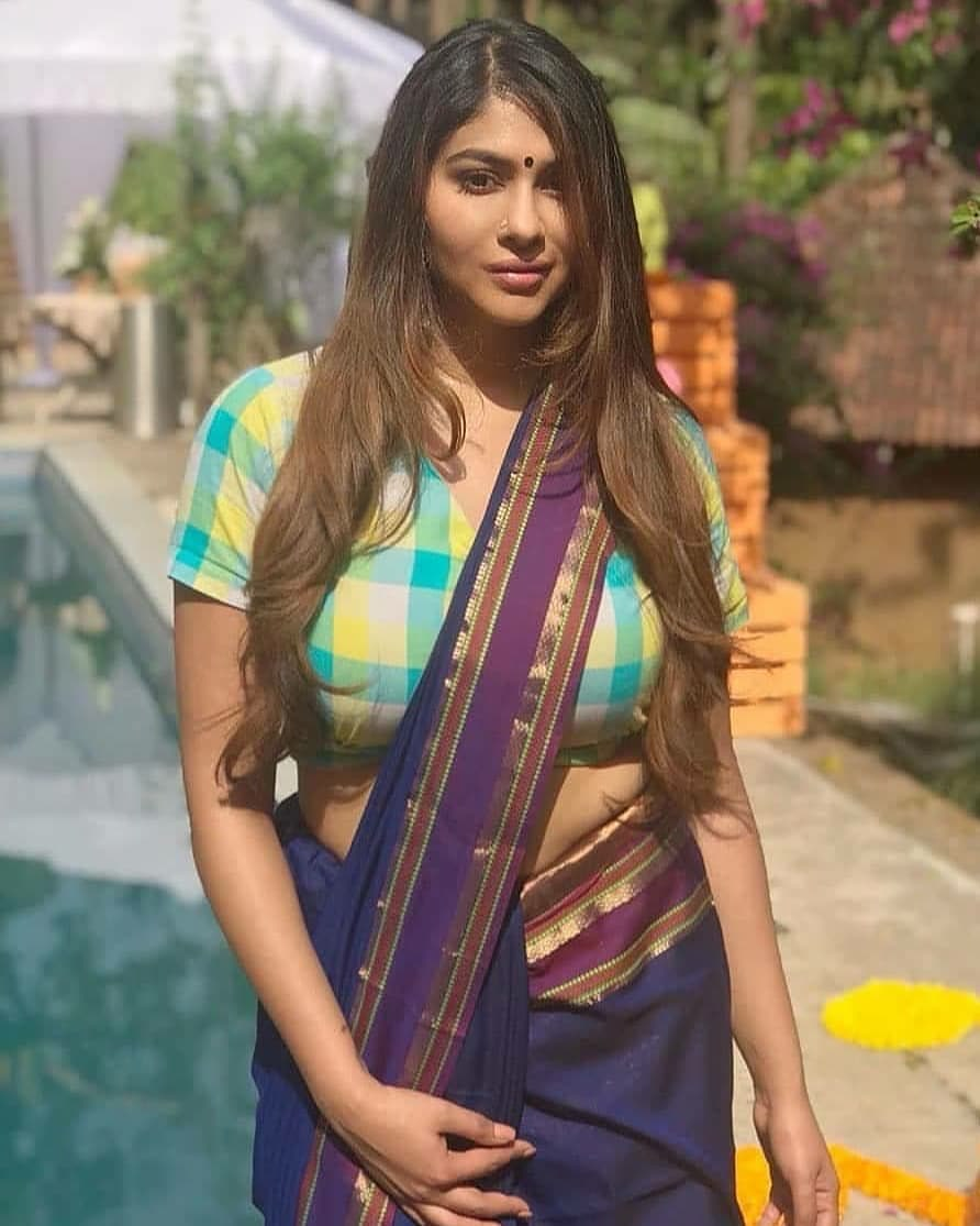 Hot Desi Bhabi and Aunties and Desi Girls Pics Navel Queens