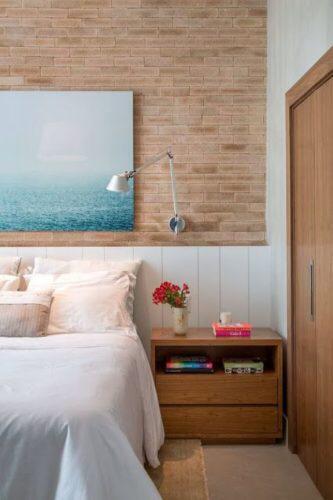 Como destaque na cabeceira da cama, o tijolo conferiu toque leve e acolhedor ao quarto.