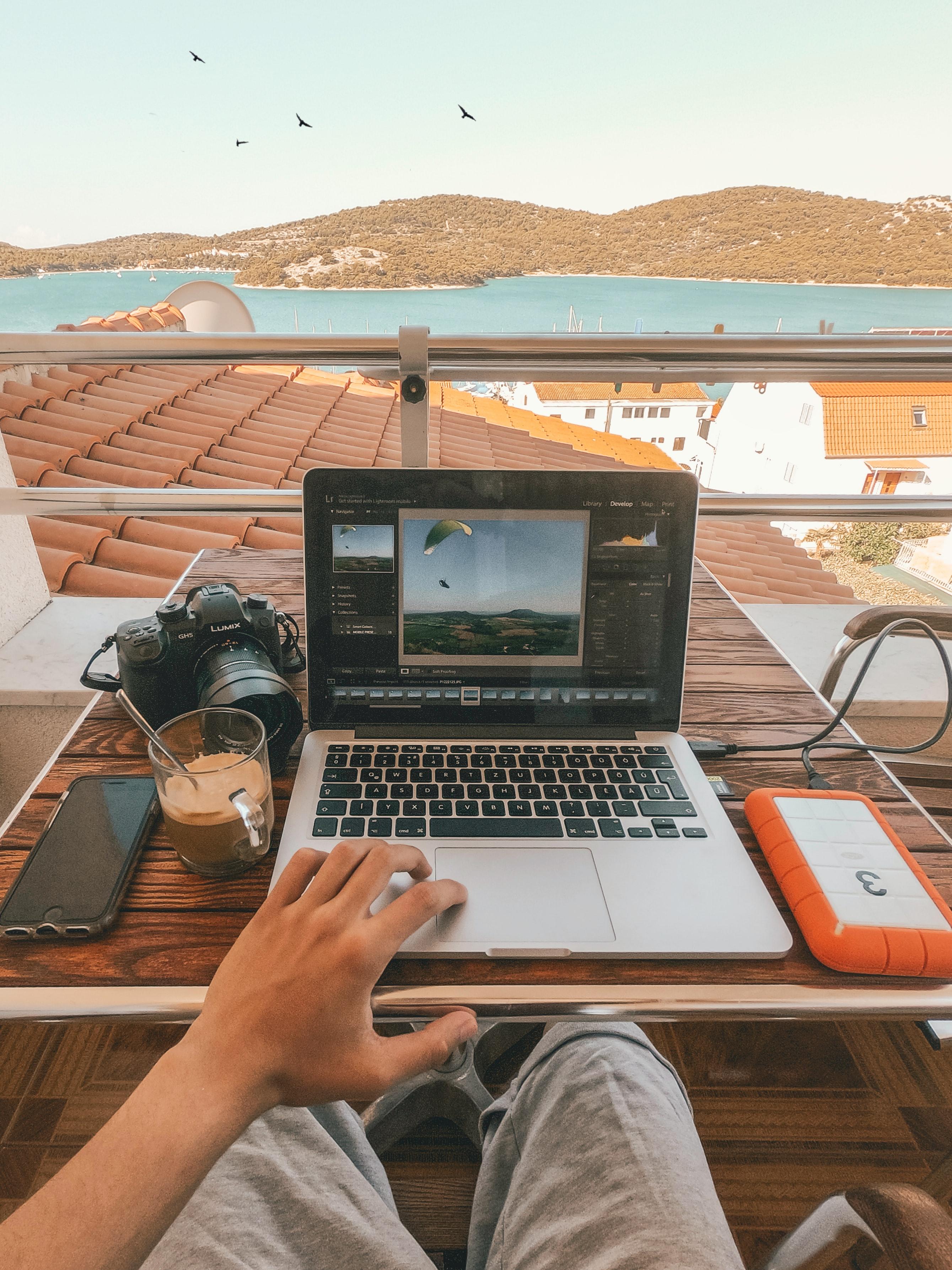 Trabalho remoto é opção para conciliar viagens e trabalho.(Fonte:Kornél Máhl/Unsplash/Reprodução)