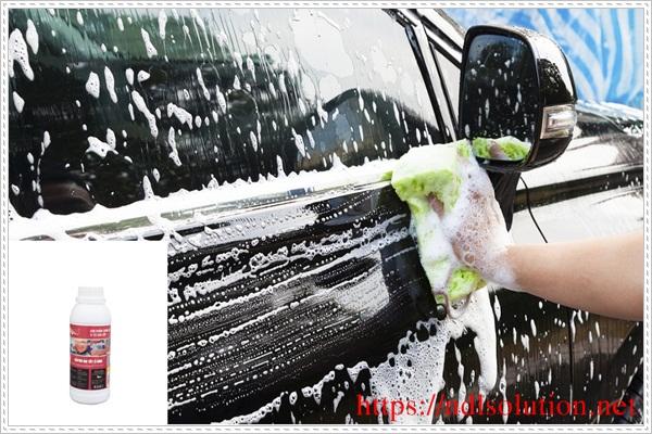 Làm sạch kính ô tô bằng dung dịch vệ sinh chuyên dụng