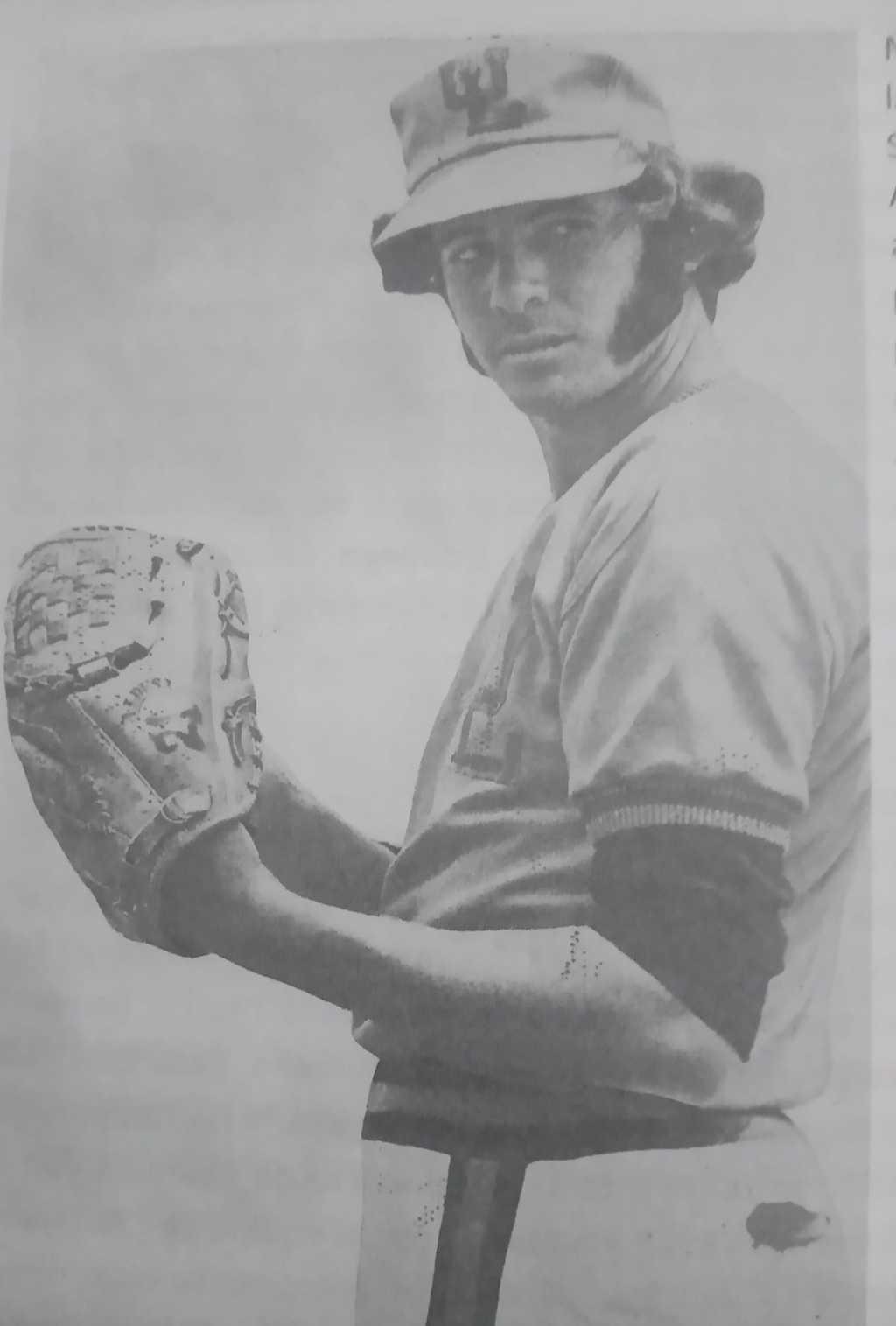 Foto en blanco y negro de una persona con sombrero  Descripción generada automáticamente con confianza media