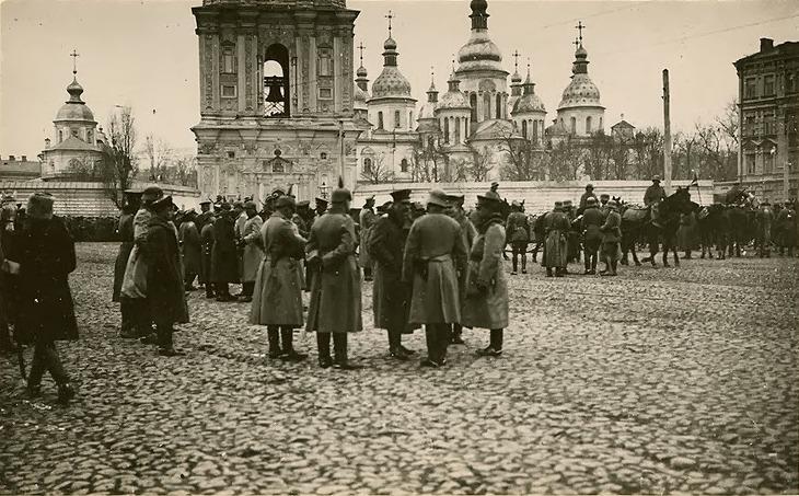 Софіївська площа, Київ. Німецькі та українські вояки після параду. Квітень 1918-го