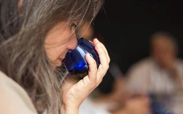 Catando Aceite de Oliva durante un test olfativo. Foto de ESAO