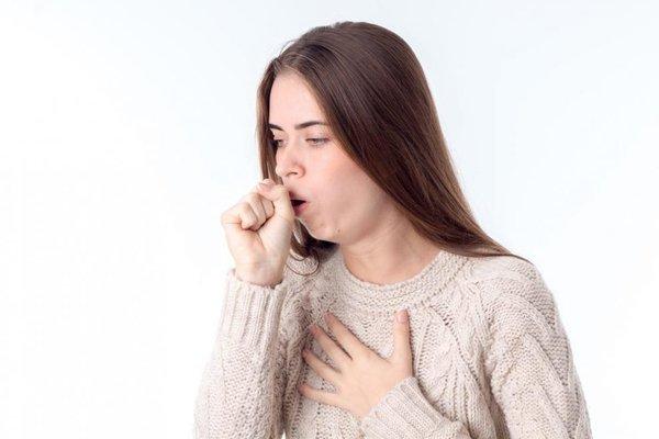 Ho là một trong các triệu chứng của viêm phổi