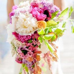Каскадный свадебный букет, сделанный своими руками из живых цветов