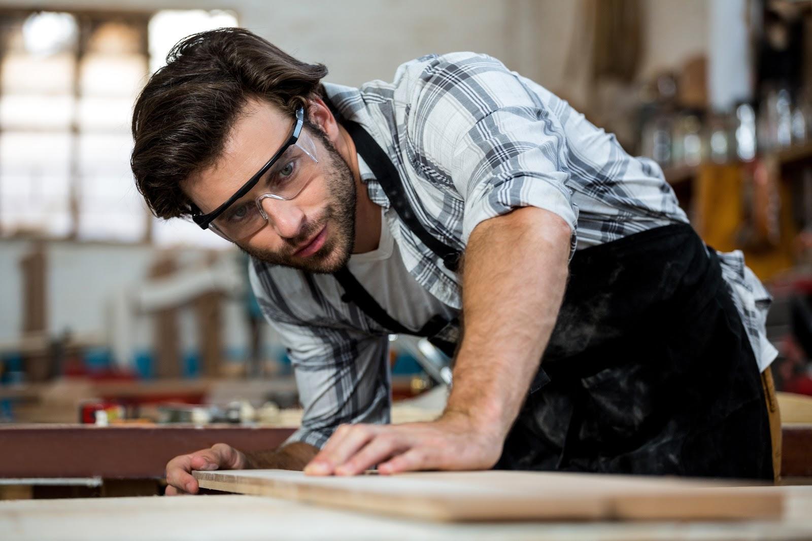 Um marceneiro em ambiente de trabalho.