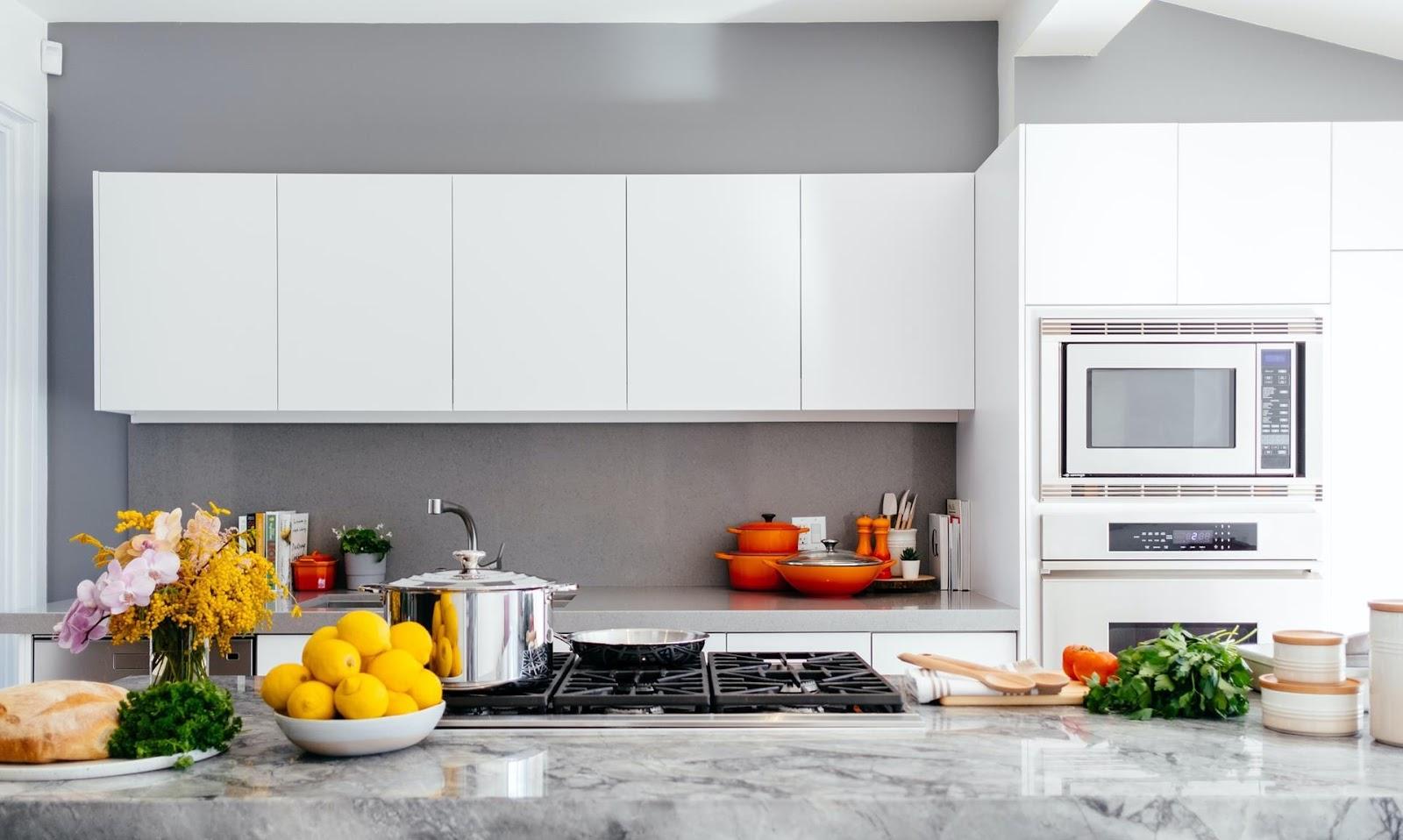 Organizar um armário de cozinha requer critérios que facilitem o uso e acesso diário dos utensílios