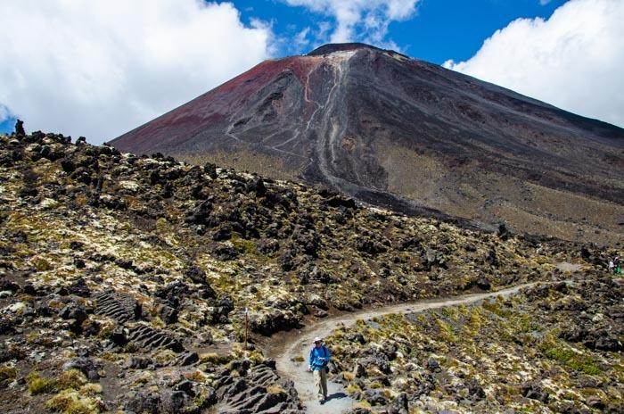 Pohled na Mt. Doom z Jižního kráteru. Výstup na ni přidá 3 hodiny celé trase Tongariro Crossing.