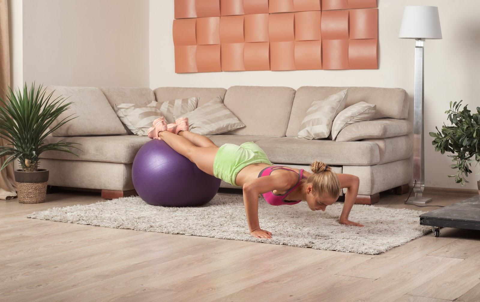 mulher fazendo pilates em casa
