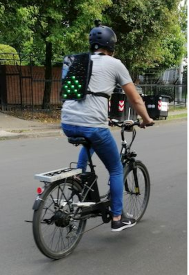 Persona en bicicleta en la calle  Descripción generada automáticamente