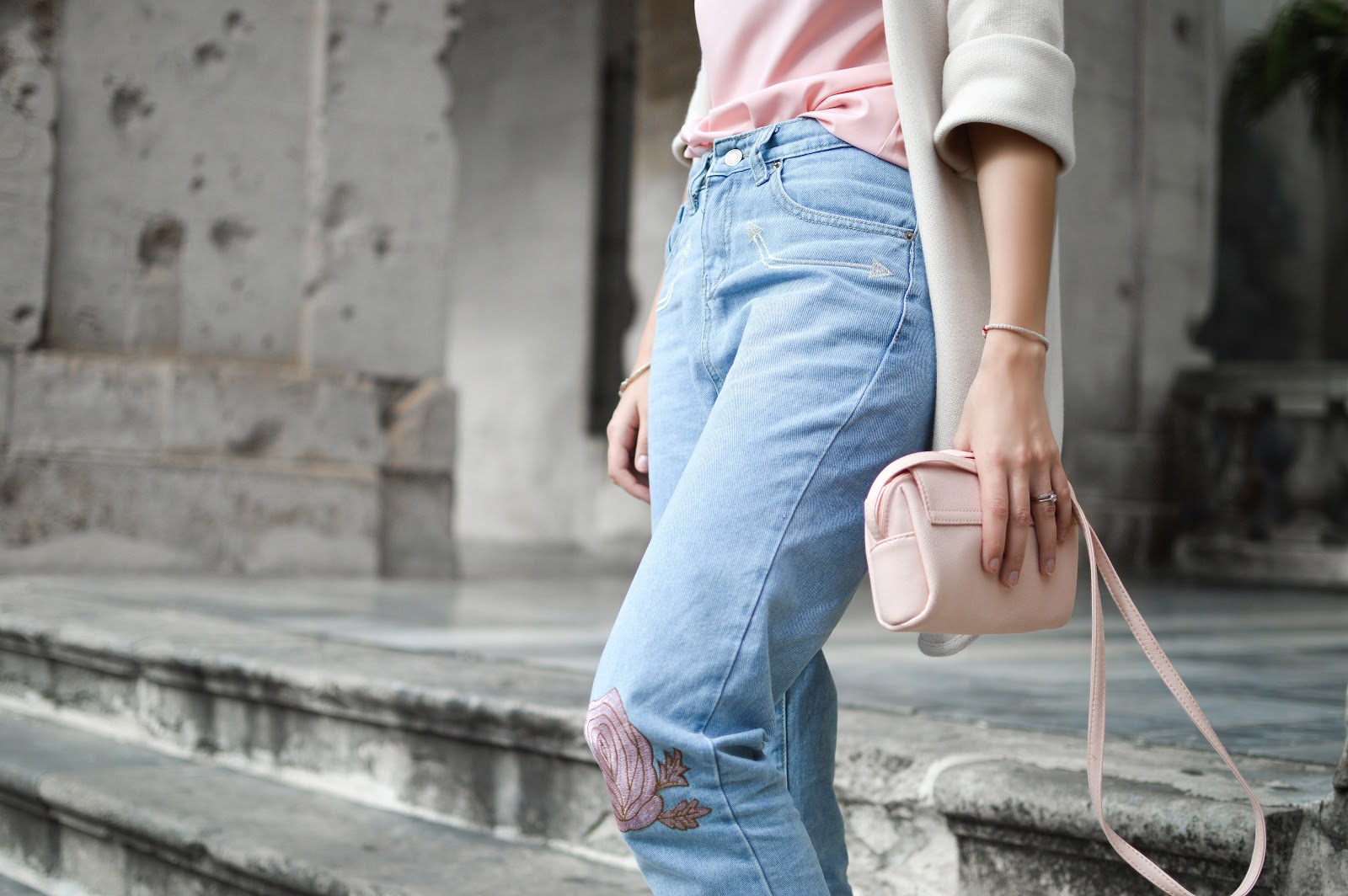 Fata cu o geanta tip plic roz deschis