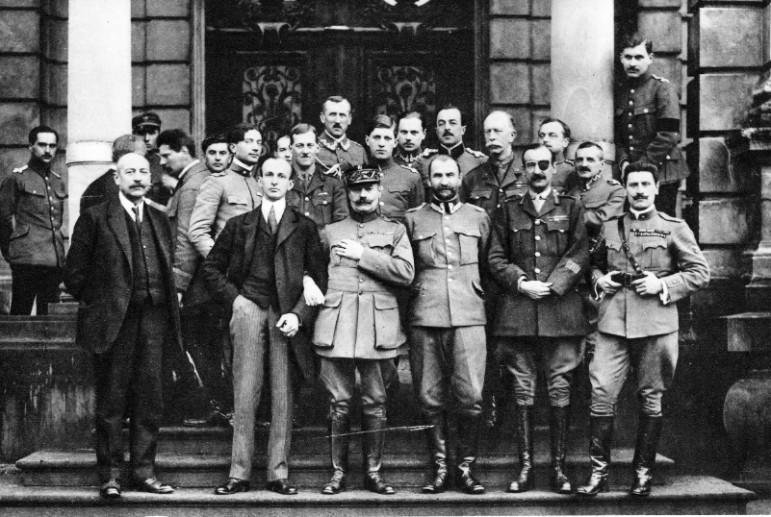 Місія Бартелемі з польськими делегатами на ґанку палацу Потоцьких. Львів, 28 лютого 1919 р.