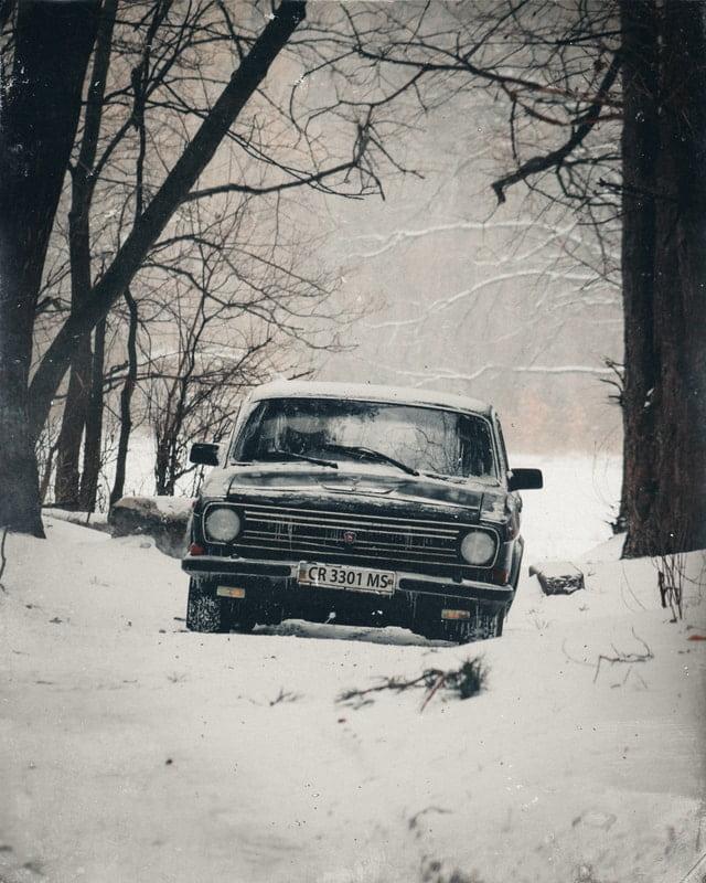 retro auto v zime, posypová soľ, čistenie auta