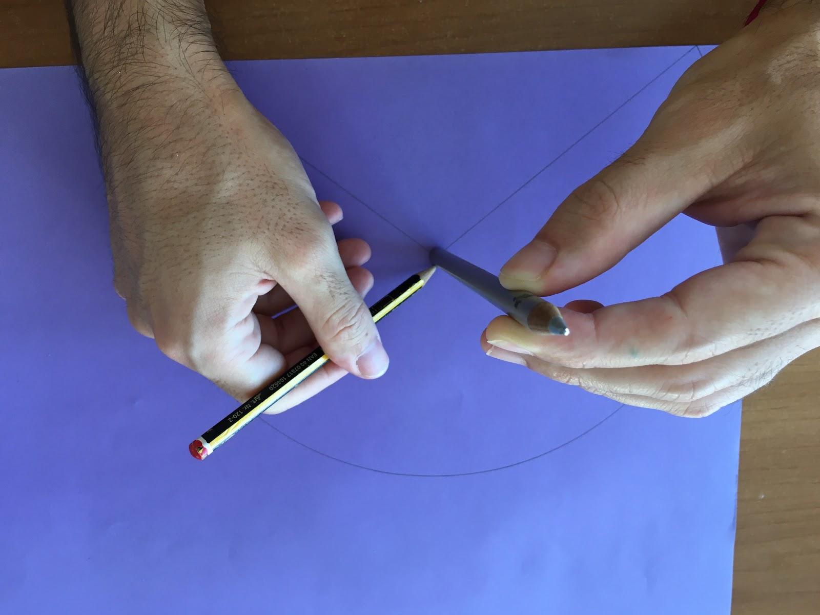 Trazado del arco menor utilizando el contorno de otro lápiz.