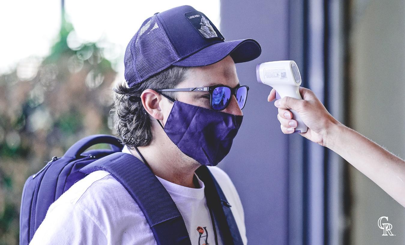 Hombre con gafas y sombrero  Descripción generada automáticamente