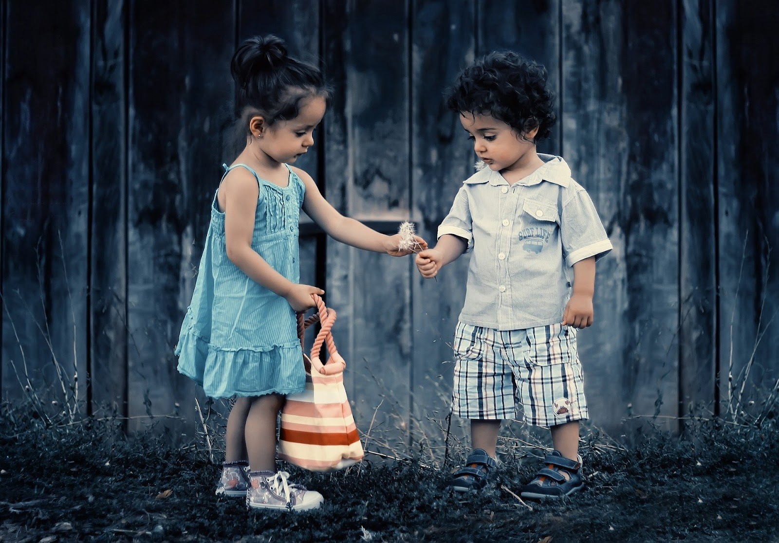 Sustainable kids clothing guide: Girl giving boy a flower